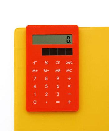 正確な計算に必須の電卓。パソコンに入っている電卓機能を使ってもいいですが、サッと取り出せる場所にひとつあると便利ですよ。写真は、背面にクリップがついた、手帳やノートに挟んで使える電卓。コンパクトサイズなので、使用頻度は高くないけれど持っておきたいという人にぴったりです。鮮やかな色も多いので、デスクを華やかにしたいという人にもおすすめです。