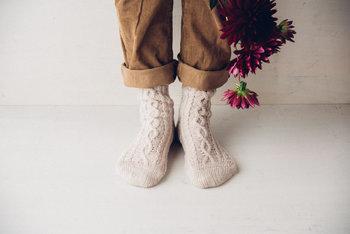 「ニット靴下」なら、冷えやすい足元も温かく寒い日も安心です。シンプルなコーディネートの日には、少しデザインのある「ニット靴下」を合わせてパンツの裾から覗かせてみましょう。<パンと日用品のお店 わざわざ>オリジナルの「アランウール靴下」は、縫い目がなく手編みのような質感のホールガーメント製法で作られているので、履き心地がとても良く何より丈夫です。