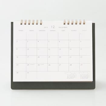 カレンダーと手帳の予定を共有させるのが面倒な方は、こちらの「持ち運べるデスクカレンダー」がおすすめ。予定を書き写す手間いらずでとても便利です。デザインがシンプルなところも魅力!ポリウレタン製のカバーは、デスクの上でも上品な印象を与えてくれます。