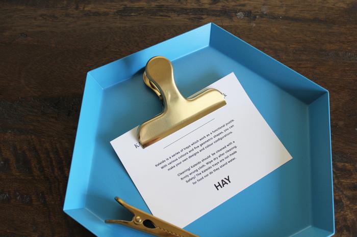 こちらはカードやメモをまとめたり、書類の整理に便利に使えるおしゃれなクリップです。シンプルなデザインと上品なゴールドカラーが、落ち着いた大人の空間を演出してくれます。