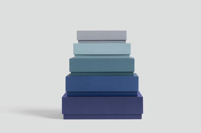 続いてご紹介するのはデンマークのインテリアブランド、「HAY(ヘイ)」のおしゃれなボックス収納です。サイズ違いのボックスが5個で1セットになっているので、ペンやハサミなどの文房具類から書類まで様々な収納に活躍してくれます。北欧らしいシンプルで上品なデザインと、洗練された美しいカラーグラデーションが素敵ですね。