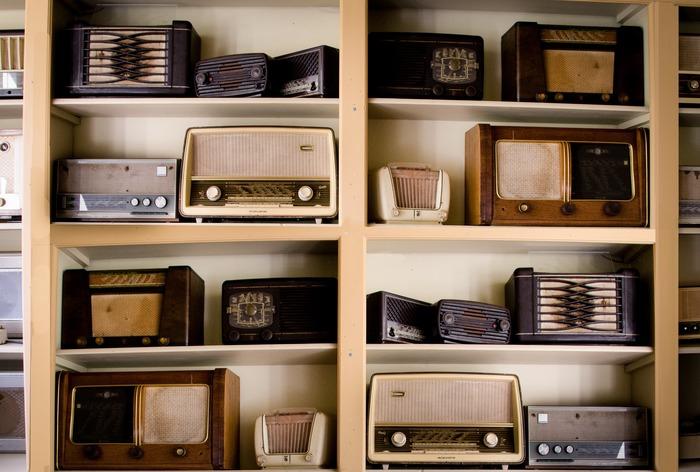 一日の始まりにラジオや音楽で脳を刺激することにより、頭がスッキリとして気持ちのいい朝を過ごすことができます。 ラジオの音は少しザラザラとしていて懐かしく温かみのある魅力があり、過去と今をゆっくりと行き来しているよう。そんなラジオはこれから今日という一日を頑張って生きていくあなたの背中を押してくれます。朝のお供にラジオを流してみてはいかがでしょうか。