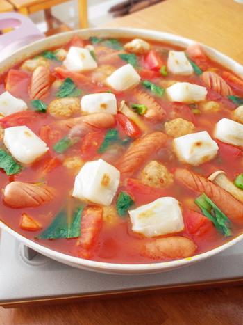 クセになる味のサイコロ餅のトマト鍋。もっちりとしたお餅とトマト鍋の相性はばっちりです。お餅はニョッキの様な味わいで楽しむことができますよ♪