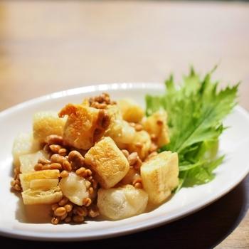 新たなマリアージュが楽しめる、油揚げのパルミジャーノサンド・お餅と醤油麦麹あえ。パルミジャーノ・チーズの旨味が効いて、濃厚な味わいです。発酵食品が多く、ヘルシーなのもうれしいですね。