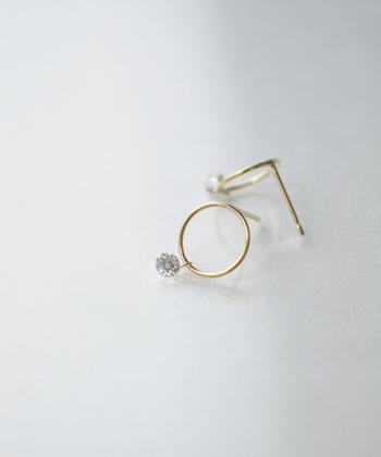 リングデザインにワンポイントのダイヤを。特別な日の装いに身に付けたいラグジュアリーな耳元コーデはスペシャルな気分にさせてくれます。
