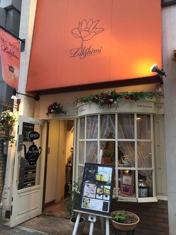 三宮のトアロードに店を構える<Lakshimi>。神戸で唯一の、世界的に有名な紅茶「ロンネフェルト」認定店です。オレンジ色の看板とクリーム色の壁が目印。1階はカウンターショップ、2階にショップとカフェスペースがあります。紅茶教室も開催されているので、参加すると新たな発見がありそうですね。