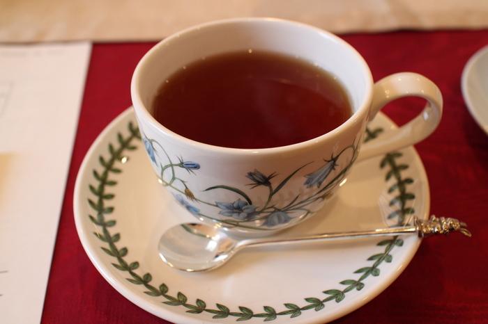 <Lakshimi>で特に人気なのが、オーナー自ら開発した「極上はちみつ紅茶」。スペイン産の百花蜜とスリランカ産の茶葉(セイロン)をブレンドした、甘くてやさしい味の紅茶です。砂糖を入れなくてもしっかり甘いので、そのままはもちろん、ミルクティーにしてもいいですね。香りも甘く、疲れているときの癒しにもぴったりです。