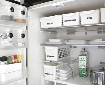 オープンキッチンなどで冷蔵庫の中身が人目に触れやすい場合は、隠す収納を利用するのもおすすめです。ケースのカラーを統一すれば、見た目もスッキリします。