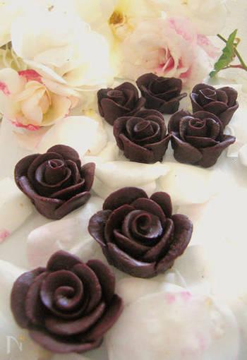 チョコレートケーキに咲かせたい、ほんのりラムの効いた薔薇のチョコレート。ちょっと昭和レトロな雰囲気も可愛いですね。レンジで手軽に作れるのも嬉しい♪