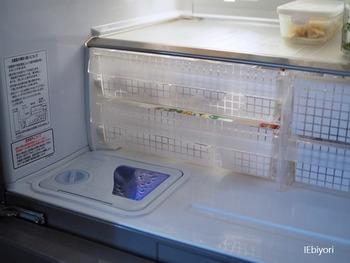 冷蔵庫の引き出しには、チーズやウィンナーなど、こまごまとした食材を入れてしまいがち。透明な引き出しだと、中身があらわになってしまいます。ダイソーの目隠しシートを貼るだけで、ごちゃごちゃ感を隠せます。
