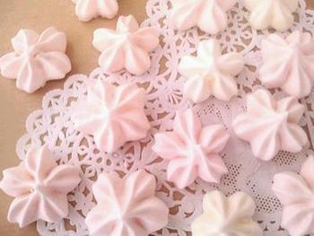 桜の形のうすピンクのメレンゲは、ロマンティックな春のイメージ。色や口金の形によって雰囲気が変わるので、ケーキのテーマに合わせてアレンジすると良いですね。