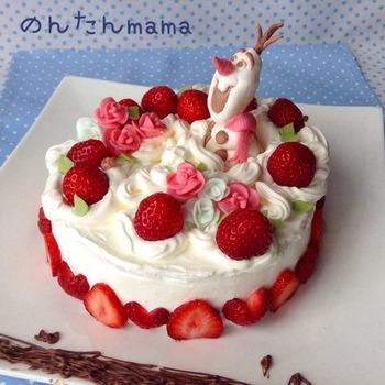 こちらのケーキのオラフとお花は、マシュマロを溶かして作るマシュマロフォンダントで作ったもの。こちらもマジパンのようにこねて成形します。味がマシュマロなので、飾りだけど美味しいのも嬉しいですね。