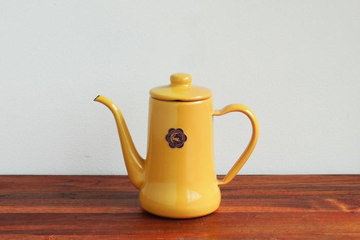 細口のケトルはじょうずにドリップするために必要です。大きすぎると注ぐ時に扱いづらくなるので、コーヒーに必要な量のお湯が入るものがおすすめです。0.7L~1Lくらいのものがいいでしょう。