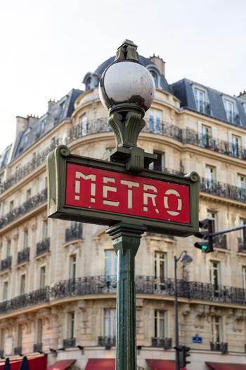 海外に行ったら、電車に乗るのにも緊張しませんか?どこで切符を買うのか、どういう仕組みなのか、わからないことだらけ。でもパリ市内のメトロはとてもシンプルな仕組みです。