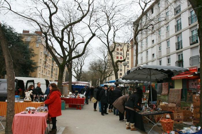 アンティーク品が好きで、運良く土曜日や日曜日にパリにいる!という方は、ぜひ蚤の市へ。「クリニャンクール」「モントルイユ」「ヴァンヴ」がパリ三大蚤の市なのですが、こちらの画像のヴァンヴは、通り沿いにずらっと店が並んでいて迷うこともなく一人で回りやすい雰囲気です。規模が小さめながら品物は本格派。住宅街の中にあるので、落ち着いているのも良いですね。