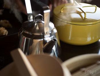 コーヒーに使う水は水道水でも構いませんが、汲みたてのものを使用しましょう。また、カルキ臭を取り除くために、沸騰してからもしばらくボコボコと沸かし続けるのが◎