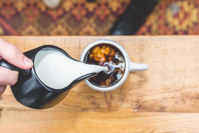 コーヒーにたっぷり牛乳を入れてカフェオレにしたい人もいるでしょう。カフェオレはコーヒーと牛乳を1:1で混ぜるもの。牛乳が冷えたままだとぬるいカフェオレになってしまいます。沸騰する直前まで温めた牛乳を使用しましょう。
