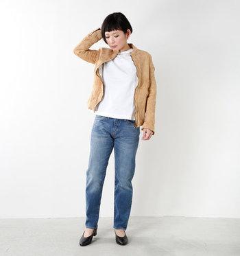 クタッとしたレザージャケットを羽織れば、シンプルコーディネートも上級者らしい雰囲気に。足元はVカットパンプスでエレガントさをひとさじ。