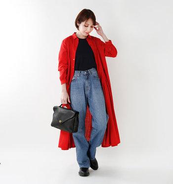 レッドのシャツワンピースを着流して、パッと目を引く華やかなデニムスタイルに。シャツワンピースの色が映えるよう、他のアイテムはベーシックにまとめるのが正解。