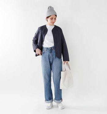 小物やボーダーTシャツでホワイトを多めに取り入れ、清潔感たっぷりに。デニムの裾はロールアップして軽快さをプラス。