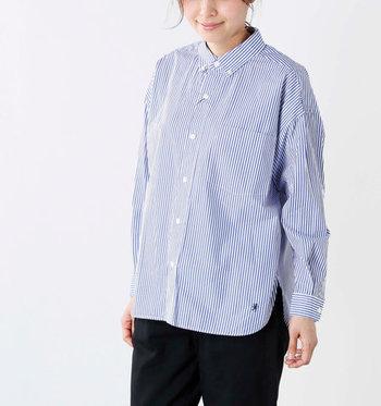 上品さをキープするため、トップスはシャツやブラウスなど、清潔感のあるアイテムを選びましょう。適度なフィット感のハイゲージニットや、装い全体が明るくなるキレイ色のプルオーバーもおすすめです。