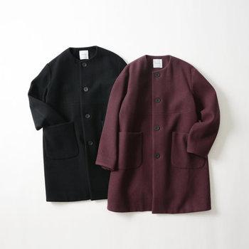 大人の優雅さを醸せるよう、コートはレディライクなデザインが◎。ノーカラーやフィット&フレアシルエットといったクラシカルな一着を。