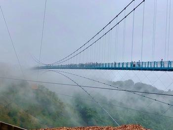 雨の日にも三島スカイウォークは渡ることが出来ます。雨の日ならではの白い霧に包まれた幻想的な風景を見に行きませんか?  (※大吊り橋の上では傘を使用することができません。雨の日は入場ゲートにてカッパを無料配布しています。)