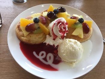 ボリュームたっぷりのパンケーキもあります。こちらは、ベリーソースのフルーツパンケーキ。甘酸っぱいフランボワーズとさっぱりとしたヨーグルトのソースに、季節のフルーツがたっぷりと乗り、ふんわり甘くておいしいですよ。