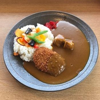 """メニューには、4種類のカレーや季節ごとに違う味わいを楽しめるカレーが揃っています。こちらは、三島ブランドカレー。三島ブランドの認定を受けた野菜""""三島馬れいしょ""""や豚肉を使ったみしまコロッケがのせられ、地元野菜がふんだんに使われた絶品カレーです。"""