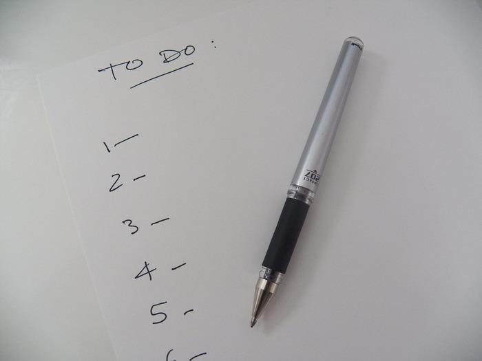 頭の中を整理するためにも、10分ほどの時間でできることをリスト化しておくといいですね。お掃除やキッチン仕事、机仕事など大まかに分類して、TO DOリストとして書き出してみましょう。