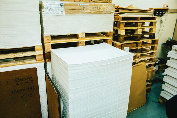 罫引後、製本工場へ送られてきた状態。この紙の山がどんなふうにノートになっていくのでしょうか