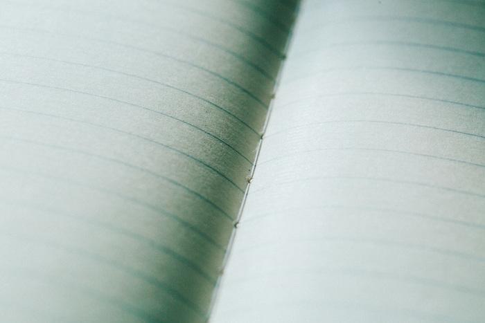 布用のミシンと比べ、ノート用は縫い目のピッチが長くなっています。丈夫な糸綴じにこだわるのも、品質を追求するツバメノートならでは