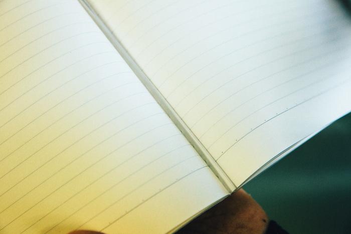ページ数が多い分厚いノートは、表紙を中に織り込ませることでさらに強度をあげます