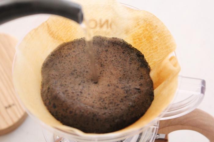 いくら早く終わらせたいからといっても、ドリップの時間を短くしてしまうのは本末転倒です。蒸らしの時間は十分に取って、少しずつお湯を落としていきましょう。美味しいコーヒーが10分で淹れられることが分かったら、毎日のコーヒータイムがもっと増えそうですね。