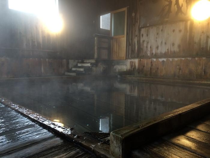 平安時代に開湯した源泉が湧き出る蔦温泉。南八甲田、奥入瀬の近くに立つこの旅館は、大正時代に建てられた本館の佇まいが素敵で、ブナ原生林に囲まれ優雅な時間を過ごすことができます。浴槽の床板の間から湧き出る「源泉湧き流し」は、温泉通なら一度は体験してみたいもの。泉質も素晴らしく、いつまでも浸かっていたくなります。