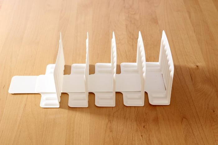 家中の収納に取り入れると便利な仕切りスタンド。 書類ケースも素敵ですが、さらにコンパクトな収納が叶う連結タイプも人気です。 ただ連結しているだけではなく、収納する物に合わせてスライドし、幅を調整できるので使いやすい。