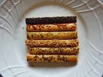 デメルのお菓子ではザッハトルテが有名ですが、甘くない塩気が効いたクッキーもファンが多い逸品です。ペッパーやチーズなどがトッピングされていて、大人好みのおやつです。