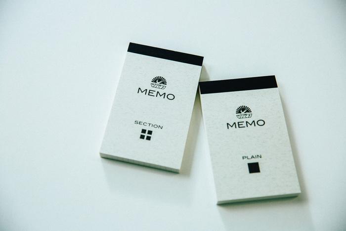 一弘さんが考案した「ツバメモ」。胸ポケットに収まる可愛らしいサイズです。メモといえど、紙の質はノートと同じく抜群の書き心地