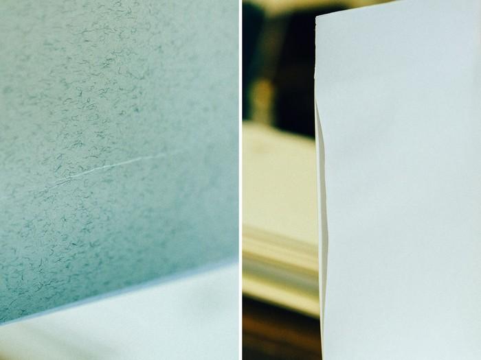 見返しの糊付けの良し悪しは、紙が乾いてからでないとわからないのが難しいところ。写真は糊付けが上手くいかなかった例。一見きれいに見えても、次の作業で傷のようなしわが寄ることも(左)。また、紙がたわんで表紙と見返りの間に隙間(右)が空いてしまうこともあります