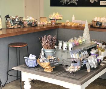 札幌市白石区に直営店が設けられているほか、オンラインストアも展開されています。