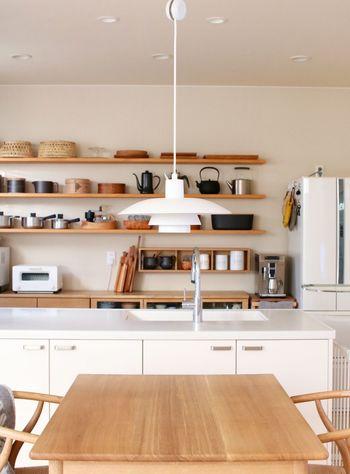 まず大切なのは「平面」をキチンと見せることです。具体的に言うと、床やテーブル、キッチンカウンターなど平面な部分の分量が多ければ多いほどスッキリと片づいた印象になります。  できれば、ダイニングテーブルやローテーブル、キッチンカウンターにモノを置かないようにしましょう。