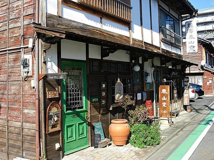 「泰山堂カフェ」は秩父鉄道の秩父駅から徒歩約8分の距離にあります。秩父神社からも程近いので、立ち寄りたいですね。古民家を改装したレトロな雰囲気の外観から、もう期待が高まります♪