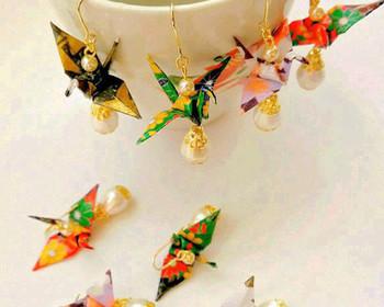 小さな鶴を綺麗に折れるようになったら、ピアスやイヤリングを作ってみましょう。和紙とコットンパールは、素材が紙同士なので、馴染みの良い組み合わせです。