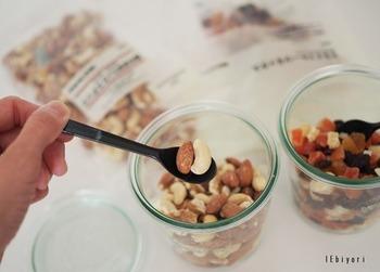 無印良品は、お試し購入しやすいサイズの食品も豊富ですよね。 ドライフルーツは朝食に、ミックスナッツはおつまみにと毎日食べる食品も豊富です。
