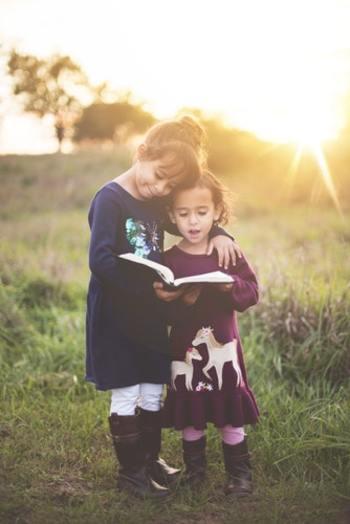 「小さい頃、兄弟・姉妹と本の貸し借りをしていた」という人は多いのではないでしょうか。だからこそ、兄弟・姉妹は本の好みが合いやすい存在。「最近、何か読んだ?」と聞いてみれば、驚くほど自分の趣味に合う1冊を紹介してもらえるかもしれません。大人になってから好きになったものを教えてもらうのも楽しそうです。
