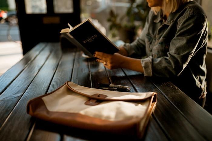 本を読んで物語の世界に没頭したり、優れた知識人の意見を吸収する体験は、いつでも心を豊かにしてくれます。スマートフォンやテレビも楽しいけれど、たまにはゆっくりと本を手にとってみませんか?