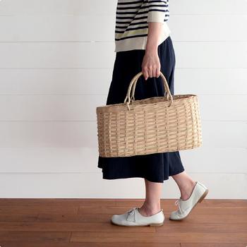 カンボジアの職人さんの手によって編み上げられた、「moily(モイリー)」のかごバッグ。使われている素材ラペアは、カンボジアとベトナムの一部でしか採ることができない貴重なもの。なめらかで艶のある素材なので、ニスを塗っておらず、天然の風合いがそのまま感じられます。