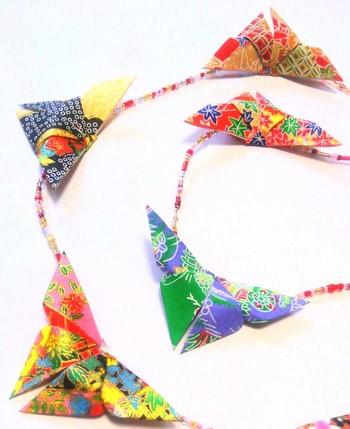 折り紙ひとつあれば、お正月飾りから箸入れなどの実用的なものまで、色々なアイテムを作り出すことができます。  日本の大切な伝統文化のひとつである「折り紙」を後世に伝えていくためにも、ぜひ今年は折り紙にトライしてみてくださいね!