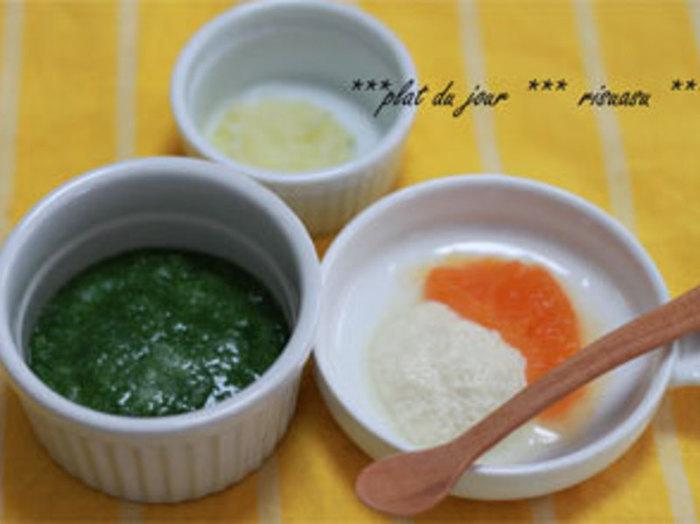 食べられる食材として代表的なのは、じゃがいも、さつまいも、かぼちゃ、にんじん、トマト、ブロッコリーといった野菜や、豆腐、りんご、バナナなどを、ペーストに調理したものです。でも、おかゆに豆腐、バナナを添えると、お皿が真っ白ですね。  そこで特別な日は、彩りがよいものを重視。緑は小松菜、オレンジ系はにんじんと、彩りを考えながらメニューを決めましょう。