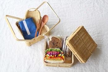 おにぎりやサンドイッチだけでなく、裁縫道具や文具類などの 細々したモノを入れる小物入れとして使っても。